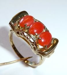 8kt / 333 gold antique ring with 3 blood coral pieces from the Mediterranean, fine handiwork