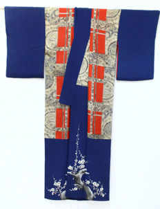 A silk kimono decorated with handpainted patterns and embroidery - Japan - early 20th century