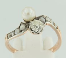 18 kt white and rose gold ring set with freshwater cultivated pearls and a Bolshevik cut diamond of approx. 0.53 ct in total