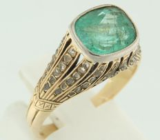 Bi-colour gold ring of 14 kt set with an emerald and several rose cut diamonds