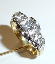 A ring made of 585 / 14 kt gold with 7 diamonds of approx. 0.40 ct in total. Colour: G