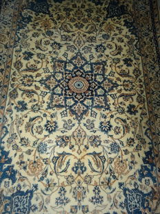 Nain, Iran – 240 x 150 cm Impressive Persian carpet with silk – In beautiful, nearly unused condition.
