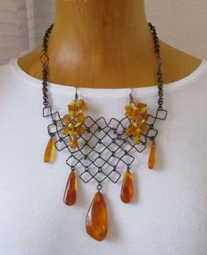 Baltic amber with metal collier and amber earrings.