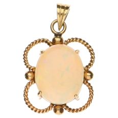 Yellow gold pendant with an opal