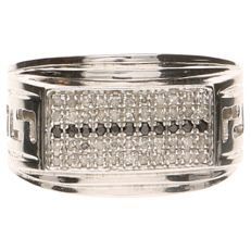 White gold 18 kt ring with 44 diamonds, 0.22 ct in total, and 11 onyx stones
