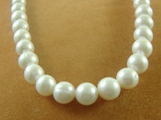 Necklace with 8 mm freshwater pearls and 18 kt white gold.