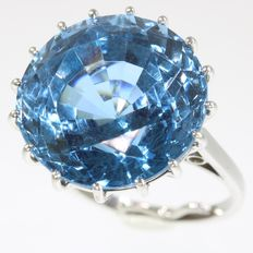 Impressive white gold dinner ring with 31.50ct! blue spinel - 1950