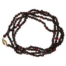 Necklace made of garnet stones, with a yellow gold clasp