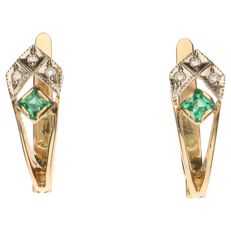 Yellow gold stud earrings each set with an emerald and 3 white diamonds, 0.06 ct in total
