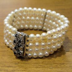 Bracelet consisting of 5 of pearls (5.70 mm in diameter) - White gold clasp with seven sapphires totalling 0.70 ct. - ** NO RESERVE PRICE **