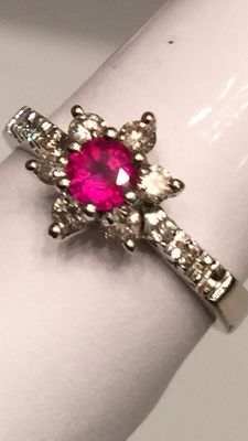 Flower ring with 0.20 ct ruby and 0.24 ct diamonds, 18 kt gold