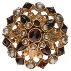 Yellow gold ring with a large stud set with garnet stones and freshwater pearls