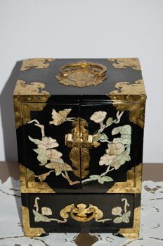 Varnished jewel chest with copper and mother-of-pearl finish - China - 1980s