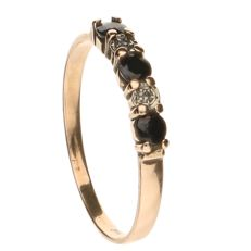 14 kt gold Ring with three sapphire stones and two small diamonds - ring size 19