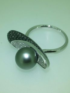 Ring with 9 mm black pearl, black diamonds of 0.44 ct, and white diamonds of 0.35 ct