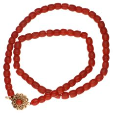 Necklace made of precious corals, with a yellow gold clasp