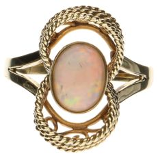 14 kt Yellow gold ring set with an opal.