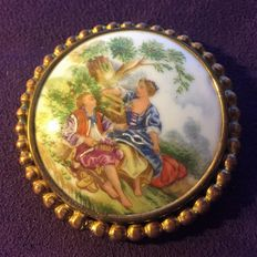 Large brooch composed of a porcelain medallion encircled by scalloped brass frame. Period: 1920-30 **NO RESERVE**
