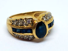 Gold (18 kt) cocktail ring with diamond and sapphire