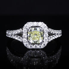 1.68 ct diamond, 18 kt gold ring with 1.18 ct fancy yellow centre stone VVS1 - HRD certificate - size: 54/ 17.25 mm.