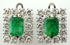 White gold earrings with Colombian emeralds of 2.47 ct and 2.32 ct, and 28 brilliant cut diamonds of 3.64 ct (IGE certificate)
