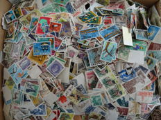 World – Batch in box with over 30,000 stamps, in particular Africa