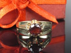 Old 8 kt solitaire ring with garnet, 0.16 ct - 1960s