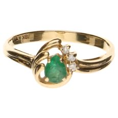 18 kt yellow gold ring with an emerald and 3 brilliant cut diamonds, total of 0.03 ct