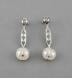 Pair of 18 kt (750/1000) white gold earrings with zirconias and freshwater pearls