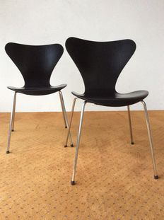 """Prof. Arne Jacobsen for Fritz Hansen – set of two """"Butterfly"""" seats, model 3107, from the Series 7."""