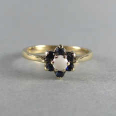 Vintage - England - 9k Solid Gold Daisy Ring with Opal & Sapphires - Excellent
