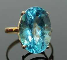 18 kt gold ring set with natural blue topaz of 19 ct