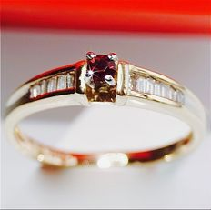 Women's ring, 14 kt, in good condition, with Madagascar ruby (0.20 ct) and princess cut diamonds (0.21 ct) * no reserve *