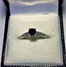 White gold (18 kt/750) ring with sapphire and 6 diamonds - Size: 55