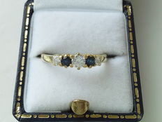 Yellow gold ring, 18 kt, with sapphires and diamond of 0.20 ct and two diamonds of 0.10 ct – 56 (EU)