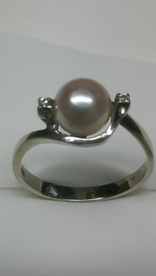 Gold pearl ring, 7 mm, with 2 octagon cut diamonds, approx. 0.02 ct