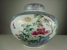 Fencai vase with cover - China - Period of the republic (1912-1949)