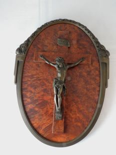 Bronze Art Deco oval frame with crusifix and bronze signed corpus Jesus Christ on Wooden background - signed Hardy