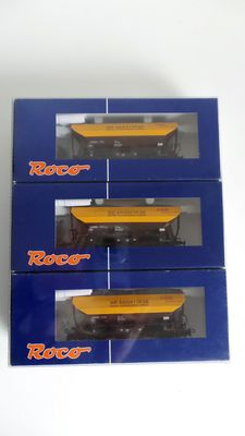 Roco H0 - 45932 - 3-piece self-discharging wagon set of the ÖBB, loaded with gravel.
