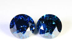 Matching pair of 2 blue diamonds - 1.07 ct (in total)