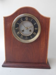 Key wound table clock with French movement - visible letters VR and Par (for Paris) - inlaid mahogany case, France, 1900s