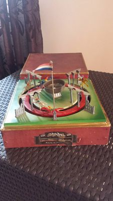 JEP, France - L. 27 cm - Mechanical race track made of tin/metal, 1930s/50s