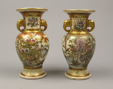 "A beautiful pair of small porcelain Satsuma vases, signed ""Hanzan"" - Japan - approx. 1900 (Meiji period)"