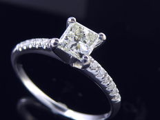 Ring set with diamonds  totaal 0.65ct. Central diamond : 0.55ct Princess cut ***No minimum price***