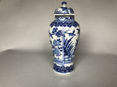 Porcelain lidded vase decorated with birds and flowers – China – ca. 1880