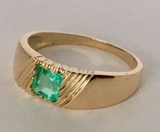 18 kt yellow gold ring with 1.10 ct octagonal emerald.