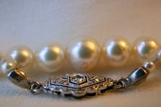 Necklace with genuine see / salty high quality round pearls Ø2,9mm to  Ø7,8mm and beautiful antique lock with diamonds. Low reserve price.