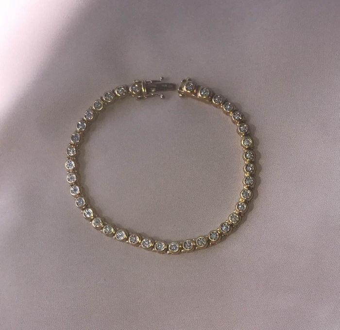 18 kt yellow gold tennis bracelet with natural diamonds.