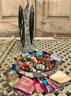 Fossil Marble bowl and sculpture, with extensive Lot of polished stones and 20 small Sari bags - 4.69 kg  (172)