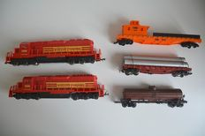 Mehano/Rivarossi H0 - 2 Diesel locomotives + 3 goods wagons of the Boston and Maine Line